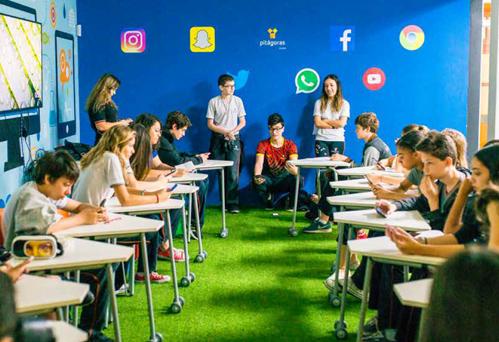 Alunos em apresentação interativa de Geografia, na Sala Google for Education